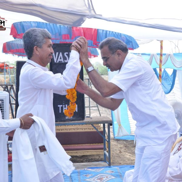 ઈતિહાસકાર શ્રી રામકુભાઈ ખાચરનું સ્વાગત કરતા પુ. મહંતશ્રી ભરતબાપુ ભગત